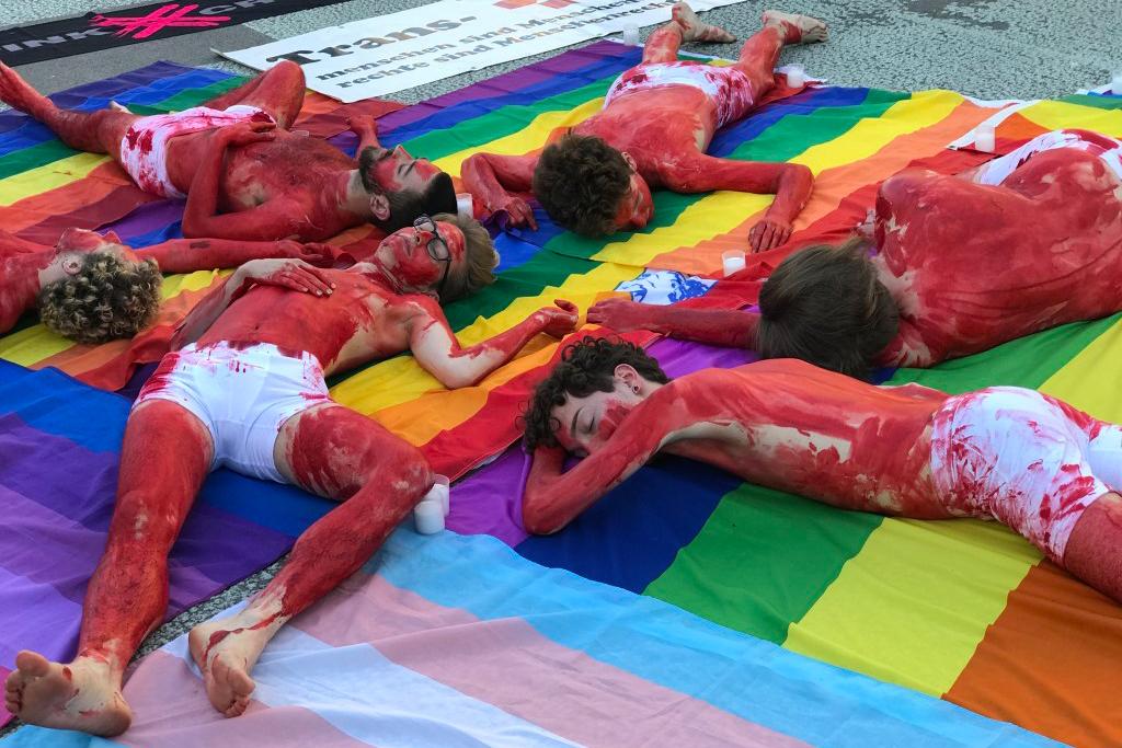 Mahnwache für LGBT in Tschetschenien auf dem Waisenhausplatz in Bern.
